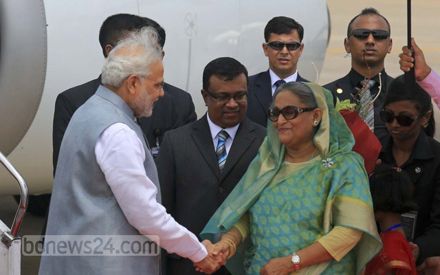 Indian Prime Minister Narendra Modi shakes hands with Bangladesh Prime Minister Sheikh Hasina at the airport in Dhaka on Saturday. Photo: mustafiz mamun