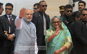 Visiting Indian Prime Minister Narendra Modi and his Bangladesh counterpart Sheikh Hasina greet everyone at the airport in Dhaka on Saturday. Photo: mustafiz mamun