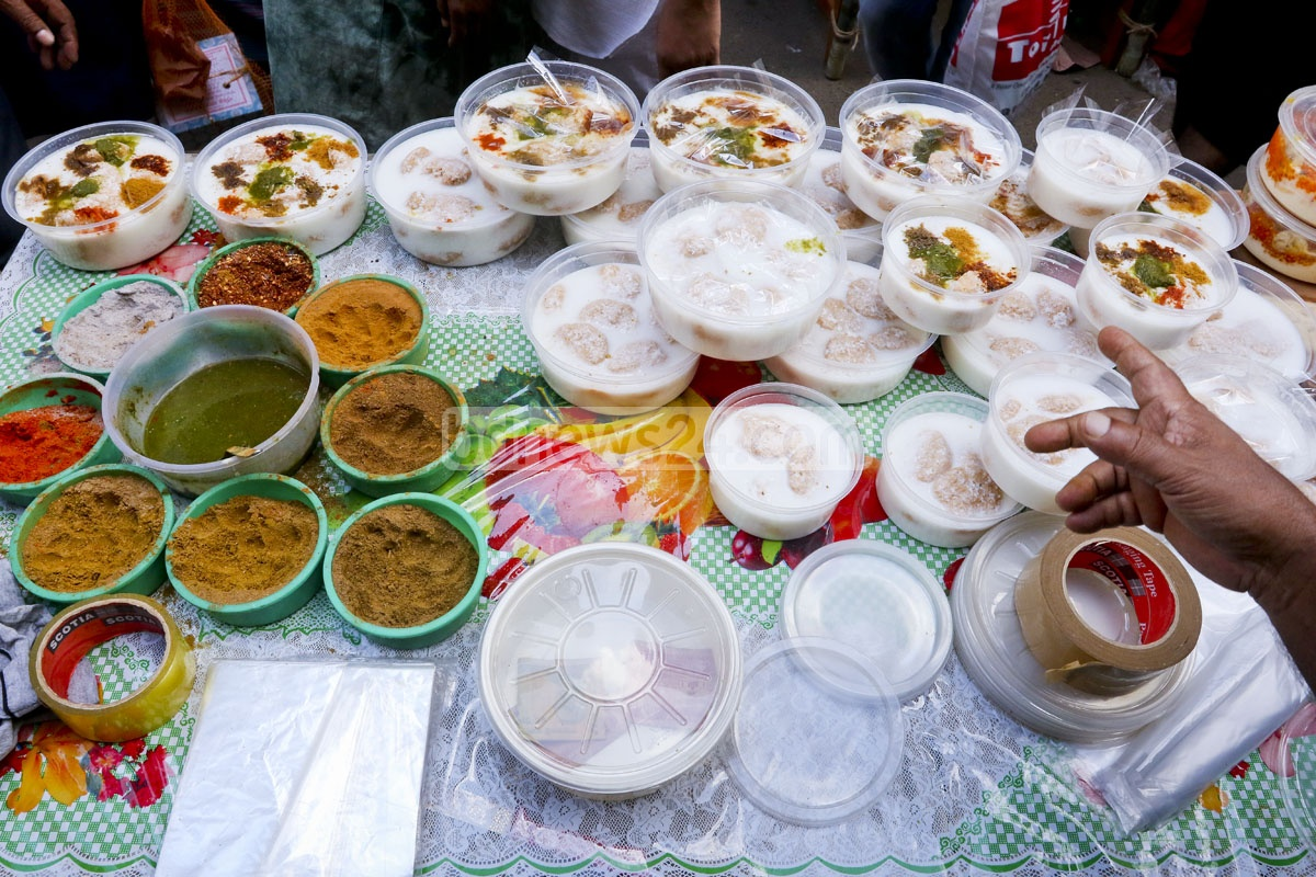 Popular Iftar items are being decorated on a cart at Chawk Bazar, Dhaka's most famous market for Iftar delicacies . Photo: asaduzzaman pramanik