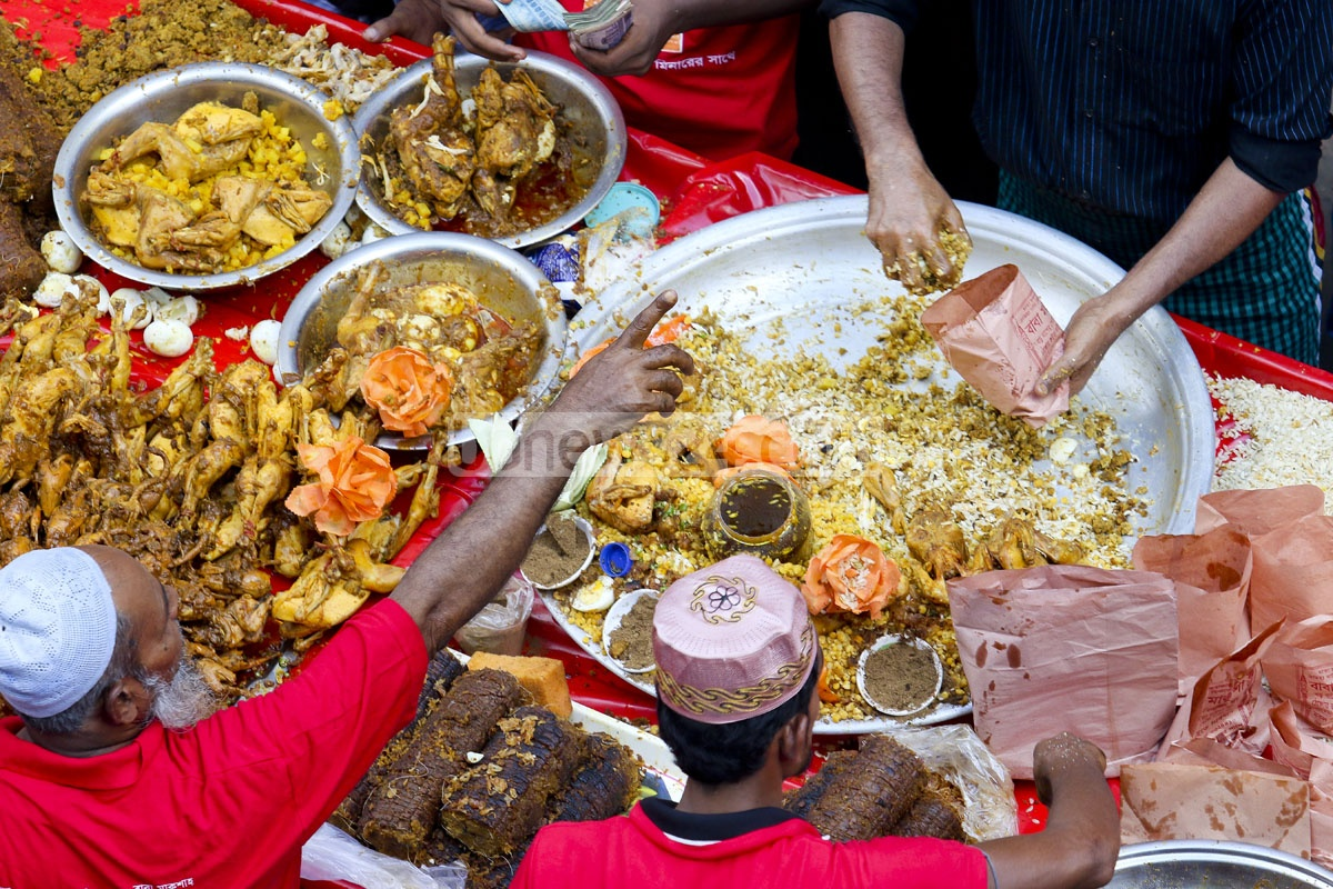 'Borho Baap er Polay Khay' - an Iftar treat famous for its name and complicated set of 12 ingredients, can be found at Old Dhaka's Chawk Bazar Iftar market. Photo: asaduzzaman pramanik