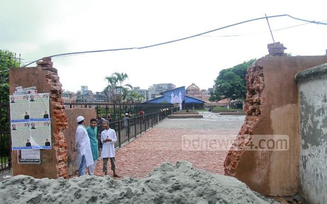 A portion of heritage site Lalbagh Kella's boundary wall has been torn down to make a parking lot.
