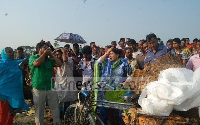 Bloated bodies of victims washed up on the banks of the Shitalakkhya River three days later. File photo