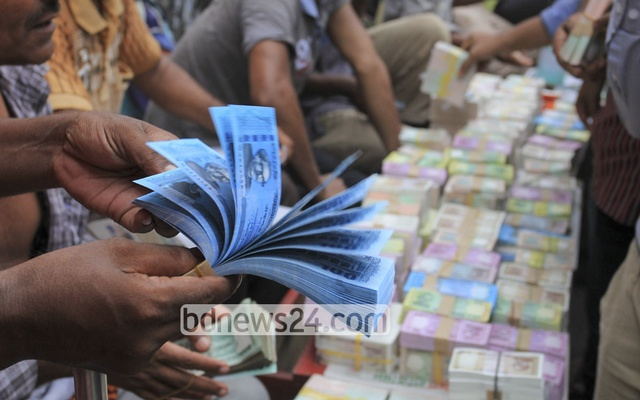 People buying new currency notes at Gulistan before Eid. Photo: asif mahmud ove
