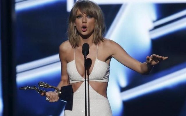 Taylor Swift accepts the award for top female artist at the 2015 Billboard Music Awards in Las Vegas, Nevada May 17, 2015. REUTERS