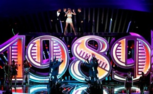 Taylor Swift performs 'Shake It Off' on stage during the 2014 MTV Video Music Awards in Inglewood, California August 24, 2014. REUTERS