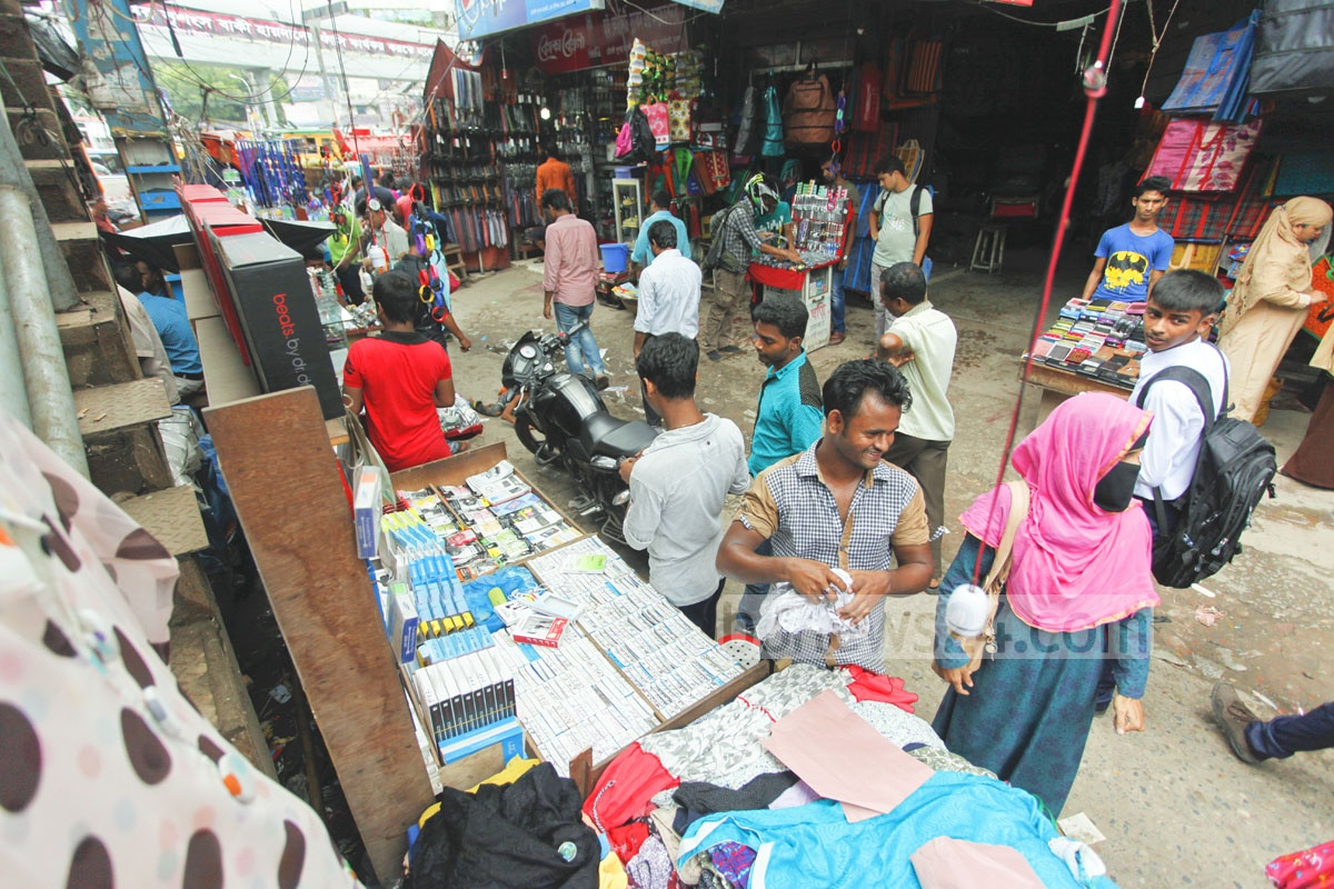 Vendors occupy sidewalks at Dhaka's Farmgate, causing inconvenience to pedestrians. Photo: nayan kumar