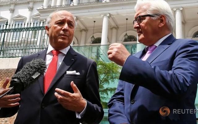 German Foreign Minister Frank-Walter Steinmeier (R) and French Foreign Minister Laurent Fabius speak to media outside Palais Coburg, the venue for nuclear talks, in Vienna, Austria July 13, 2015.