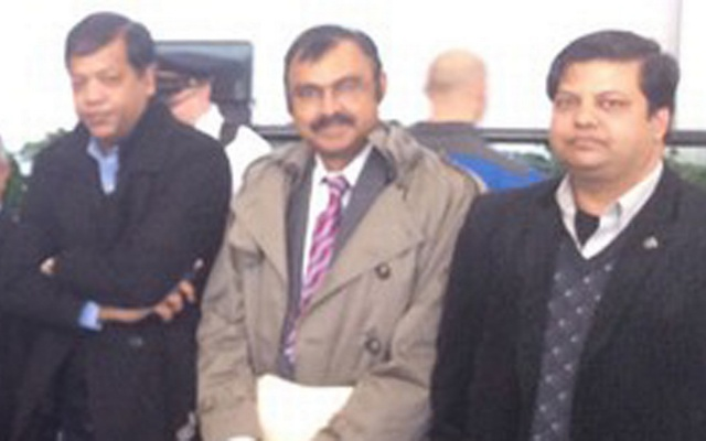 Shahjahan Mahmood (in the middle)