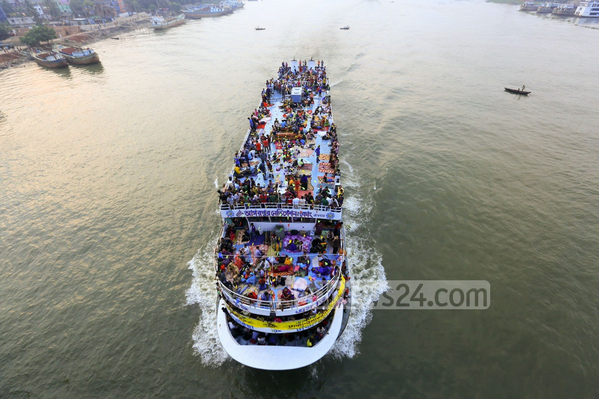 People, travelling on the roof of a Chandpur-bound launch, leave Dhaka in droves for ancestral homes to celebrate the Eid-ul-Azha with their families. Photo: mostafigur rahman