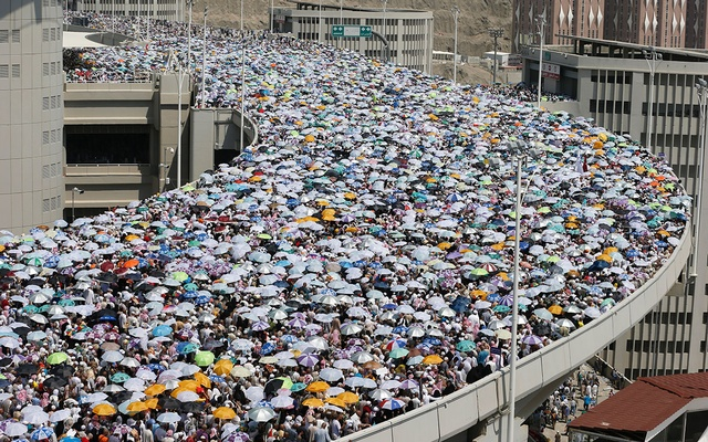 umbrella usage in hajj. Credit: bdnews24