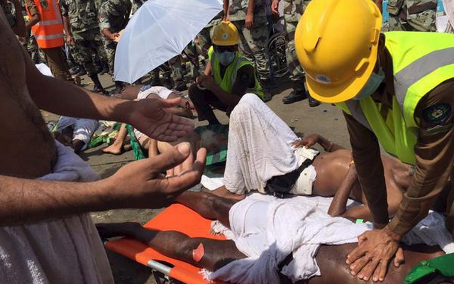 Members of Saudi civil defence try to rescue pilgrims following a crush caused by large numbers of people pushing at Mina in this handout picture published on Twitter account of the Directorate of the Saudi Civil Defense Sep 24, 2015. Reuters
