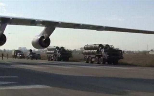 A frame grab taken from footage released by Russia's Defence Ministry November 26, 2015, shows Russian S-400 defense missile systems (R) driving on the tarmac of Hmeymim airbase in Syria. Reuters