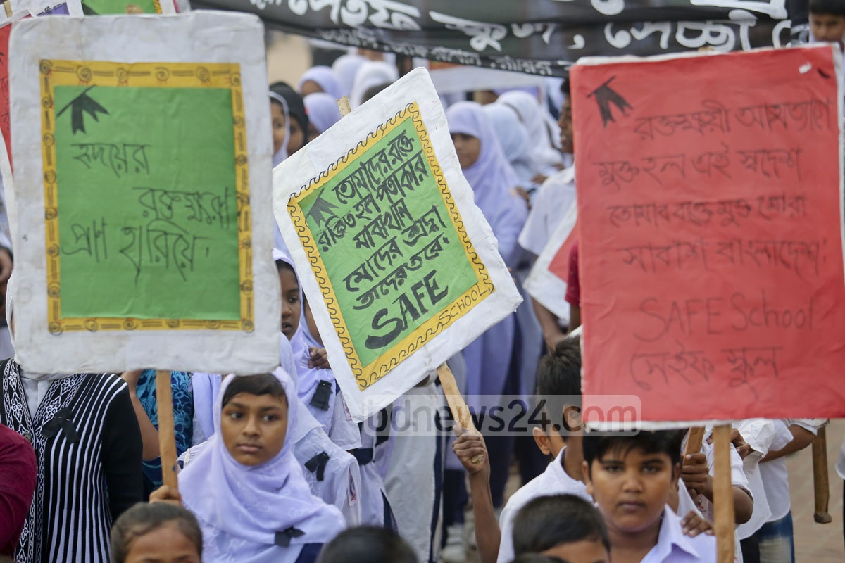 Students at the Rayerbazar Martyred Intellectuals Graveyard Memorial in Dhaka on Monday. Photo: asaduzzaman pramanik