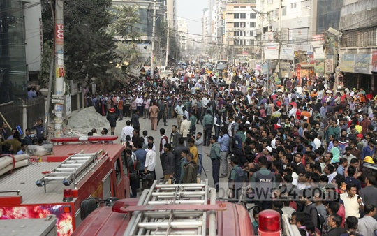 People gather outside the Central Hospital, which caught fire around noon on Thursday. Photo: tanvir ahammed