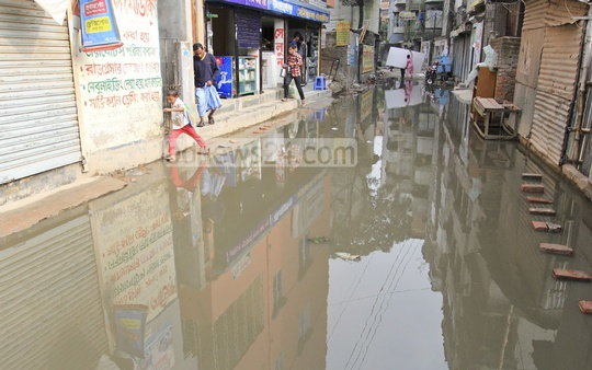 A road in Dhaka's South Agargaon submerged in sewer water for the past one week, but the authorities have taken no action. Photo: asif mahmud ove