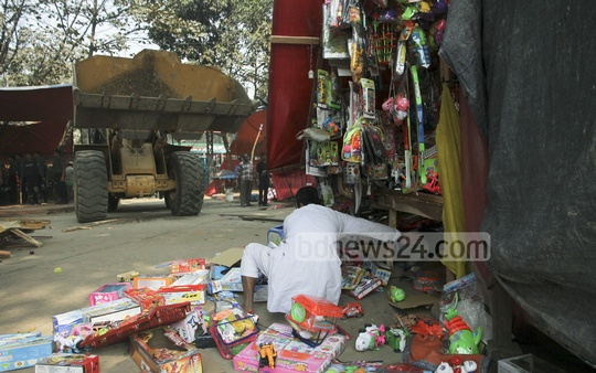 Dhaka South City Corporation evicts illegally raised shops in front of Shishu Park at Shahbagh on Saturday. Photo: tanvir ahammed