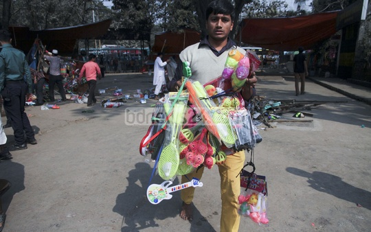 A trader carries away his wares after Dhaka South City Corporation bulldozed his shop in front of Shishu Park at Shahbagh. Photo: tanvir ahammed