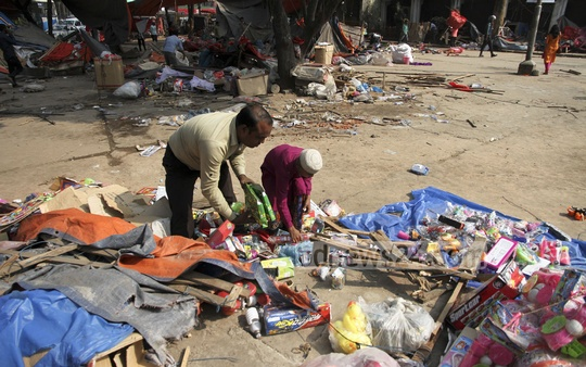 Traders carry away their wares after Dhaka South City Corporation bulldozed their shops in front of Shishu Park at Shahbagh. Photo: tanvir ahammed