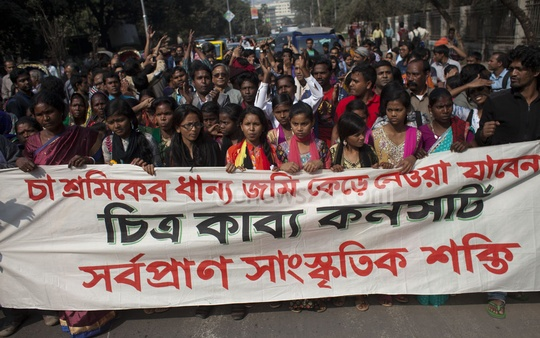 Cultural activists take out a procession on the Dhaka University campus on Saturday demanding that the rights of teagarden workers be protected.