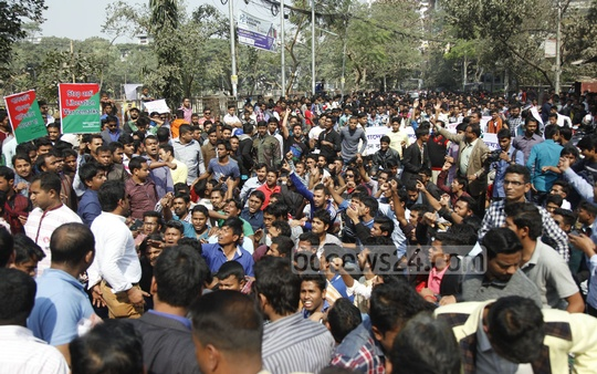 'Muktijoddha Sangsad Santan Command' holds a rally near Banani field after police thwarted its attempt to lay siege to Khaleda Zia's residence on Saturday.