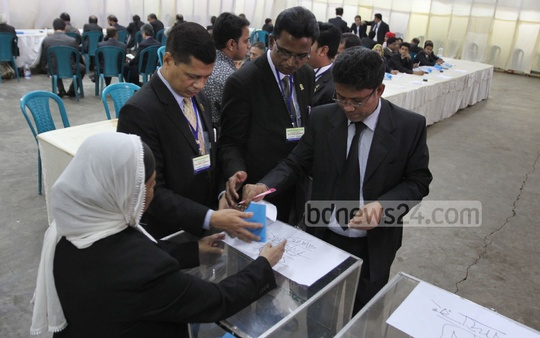 Lawyers cast their votes during Chittagong District Bar Association polls on Wednesday. Photo: suman babu