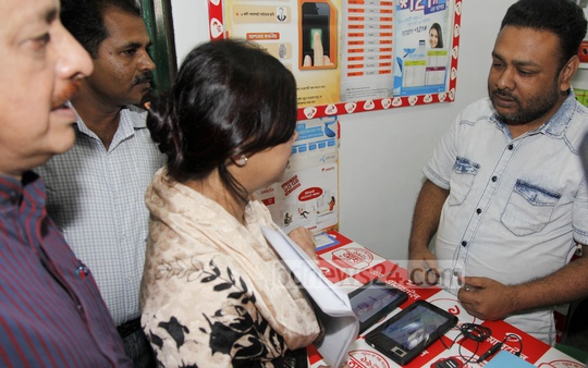 Minister of State Tarana Halim visits a shop at Dhaka's Mirpur on Wednesday to check on the mobile-phone SIM registration process. Photo: nayan kumar