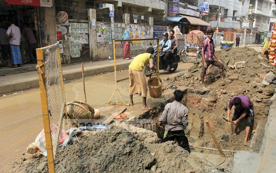 Work underway to repair pipes supplying water at Dhaka's Lalmatia. Photo: asif mahmud ove