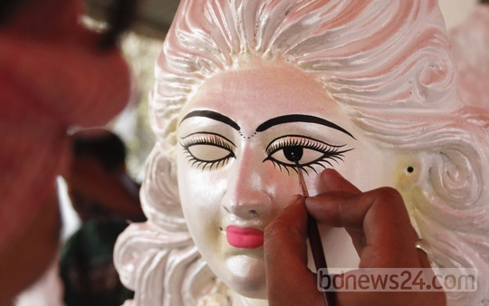 An artist works on an image of goddess Saraswati at Dhaka University's Jagannath Hall with Puja for the goddess of knowledge approaching. The snap was taken on Thursday. Photo: nayan kumar