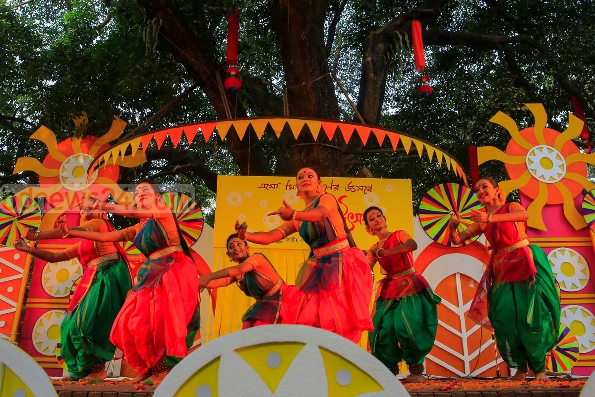 Dancers perform at the Faculty of Fine Art in Dhaka University on Saturday marking 'Pahela Falgun' – the first day of spring in the Bangla calendar. Similar celebrations have also been organised throughout the capital. Photo: mostafigur rahman