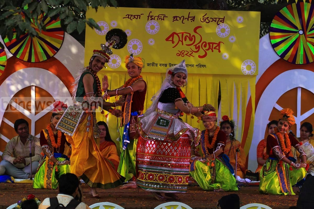 Artistes perform at the Dhaka University's Faculty of Fine Arts to mark 'Spring festival.' Photo: mostafigur rahman