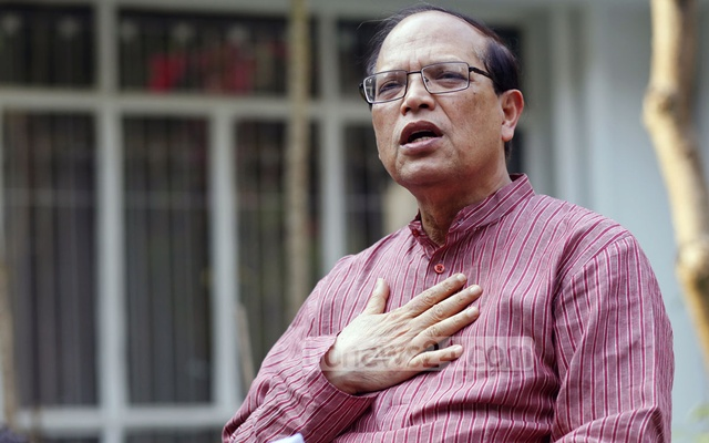 Atiur Rahman addresses a press conference at his residence after resigning from the post of Bangladesh Bank Governor on Tuesday. Photo: nayan kumar