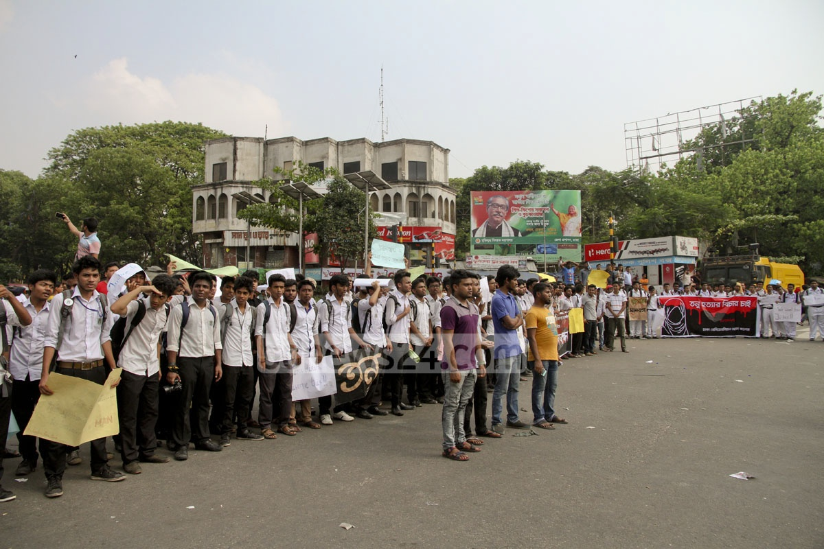 Students block roads at Dhaka's Shahbagh, demanding justice for murdered Comilla college student Sohagi Jahan Tonu on Tuesday. Photo: tanvir ahammed