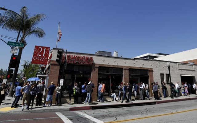 People wait in line near a Tesla Motors store to place deposits on the electric car company's mid-priced Model 3, in Pasadena, California, March 31, 2016. Reuters