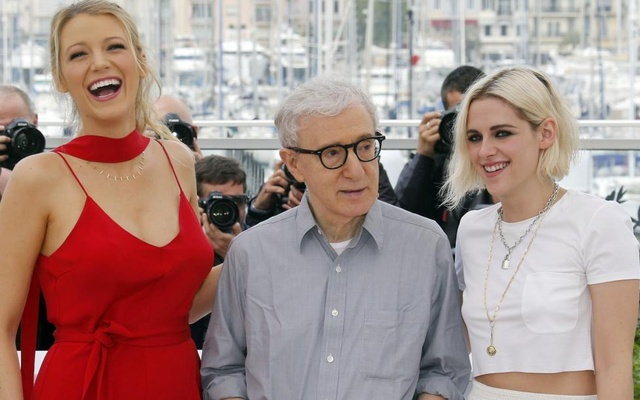 Actress Blake Lively (L) jokes with director Woody Allen (C) and actress Kristen Stewart (R) as they pose during a photocall for the film