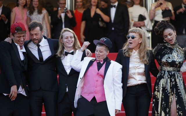 ​Director Andrea Arnold (2nd R), cast member cast members Sasha Lane (R), Veronica Ezell (C), Raymond Coalson (L), Isalah Stone (2nd L) pose on the red carpet after the screening of the film