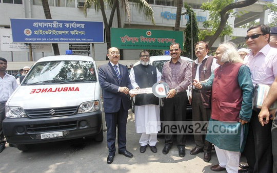 Indian High Commissioner Harsh Vardhan Shringla (L) hands over the keys of two ambulances, donated for the welfare of the freedom fighters, to Muktijoddha Foundation at the Secretariat on Tuesday.