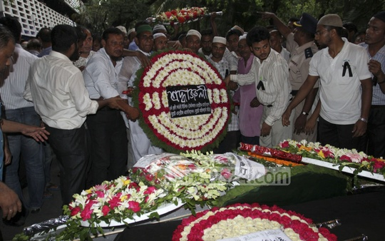 Various organisations lay flowers over the coffin of BUET vice-chancellor Khaleda Ekram. Photo: asif mahmud ove