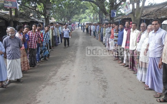 Human chain protest by teachers, students and locals in Chapainawabganj against murder of Kanika Rani by eve-teasers .