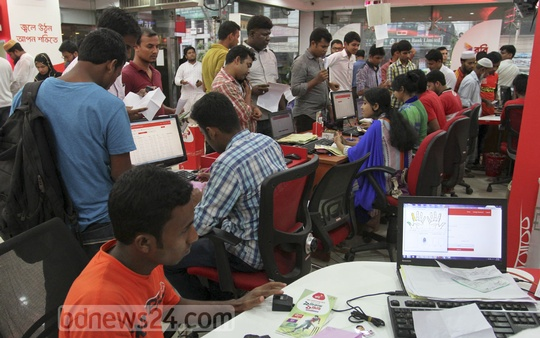 Crowd at the Robi's Customer Help Centre in capital's Old Paltan area on Tuesday, the last day of SIM registration using biometric method. Photo: asif mahmud ove