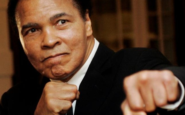 Muhammad Ali poses during the Crystal Award ceremony at the World Economic Forum (WEF) in Davos, Switzerland, in this Jan 28, 2006 file photo. Reuters