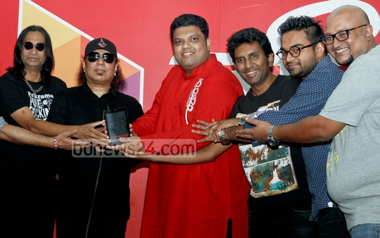 Members of rock band LRB pose with top Robi officials during the unveiling of their latest album 'Rakhe Allah Mare Ke' in Dhaka on Thursday.