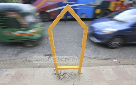 Only the frame remains of a dustbin installed at the intersection of Road No. 23 in Banani and the Dhaka-Mymensingh highway. Photo: asaduzzaman pramanik