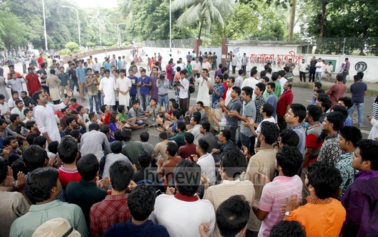 Bangladesh Chhatra League activists demonstrate in front of Dhaka University Vice-Chancellor AAMS Arefin Siddique's residence on Friday against military dictator Ziaur Rahman being mentioned in a souvenir as Bangladesh's first president. Photo: tanvir ahammed