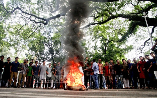 Bangladesh Chhatra League activists, in a demonstration in front of the Dhaka University vice-chancellor's residence on Friday, burn copies of a souvenir that called military dictator Ziaur Rahman Bangladesh's first president. Photo: tanvir ahammed