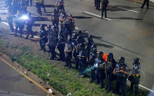 Police are seen as people gather on Interstate 94 to protest the fatal shooting of Philando Castile by Minneapolis area police during a traffic stop, in St. Paul, Minnesota, U.S., July 10, 2016. Reuters