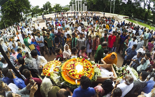 People pay their respect to freedom fighter and rights activist Shirin Banu at the Central Shaheed Minar on Friday. Photo: abdul mannan