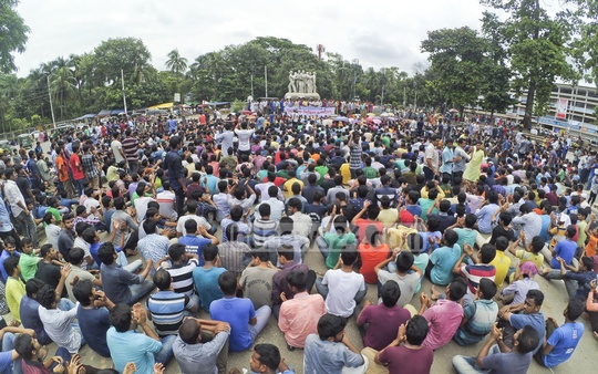 Bangladesh Chhatra League leaders and activists demonstrate on the Dhaka University campus, demanding that the government bring BNP leader Tarique Rahman back from London and execute the verdict for laundering money. Photo: abdul mannan