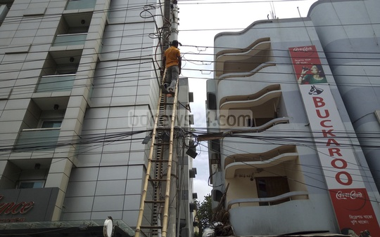 A mobile court of the Dhaka development authority cuts off electricity connection to Platinum Residence Hotel situated on Shahjalal Avenue in the capital's Uttara neighbourhood.