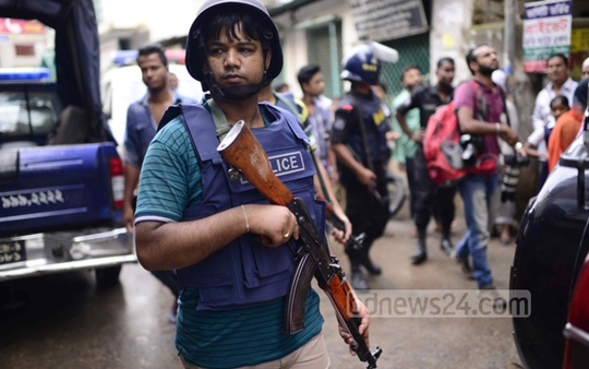 Police surround the area during a raid conducted on a militant hideout in Kalayanpur.