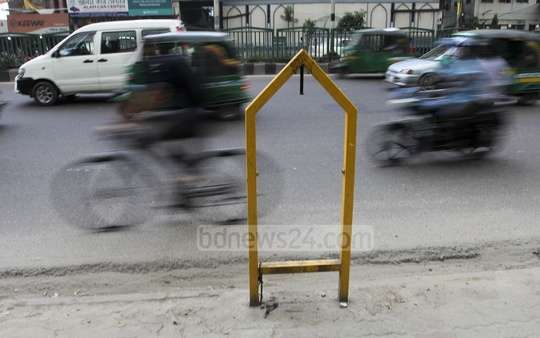 Dustbins installed by the side of roads on Dhaka sometime ago have disappeared with only the frames remaining. The photo was taken at the Bangla Motor area. Photo: asif mahmud ove